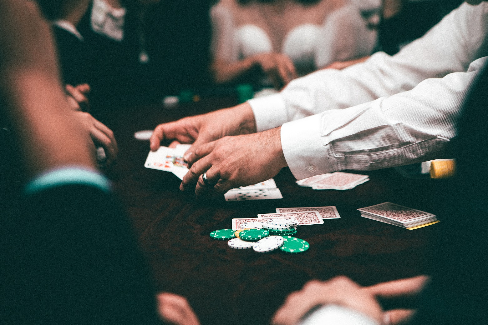 What are the features to consider before choosing a gambling website?